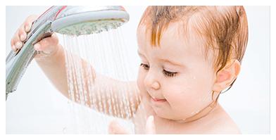 利用蓮蓬頭沖水,浴盆中沖出柔細泡泡